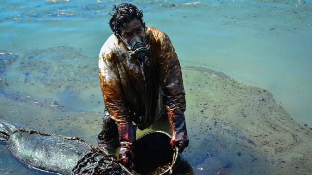 Ölkatastrophe vor Mauritius: Professionelle Ausrüstung ist auf der Insel nicht im Übermaß vorhanden. Die Bewohner helfen mit tatkräftigem Einsatz und Haarspenden.