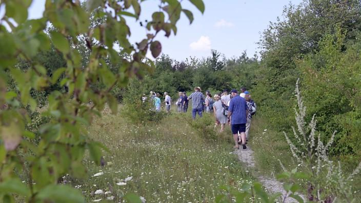 Umweltschutz: Bei 35 Grad im Schatten geht es mit der IG Wall hinein ins artenreiche Grün bei Kirchheim.
