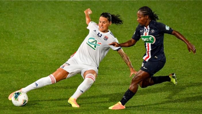 Champions League: Dzsenifer Marozsan (links, gegen Formiga von Paris St. Germain) gilt mit Olympique Lyon als Titelfavorit beim Champions-League-Finalturnier