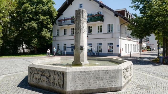 Der Geschichtsbrunnen auf demPfanzeltplatz in (Alt-)Perlach.
