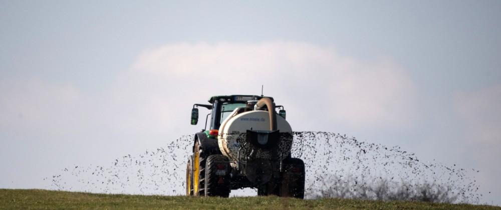 Ein Landwirt düngt