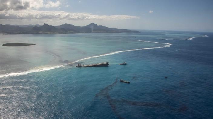Ölkatastrophe vor Mauritius: Mauritius hat wegen des auf Grund gelaufenen Schiffes und der folgenden Ölkatastrophe den Umweltnotstand ausgerufen.
