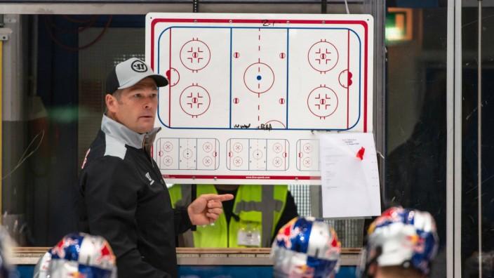 Co Trainer Steve Walker EHC Red Bull Muenchen an der Taktiktafel im Rahmen der Saisoneroeffnungsfe