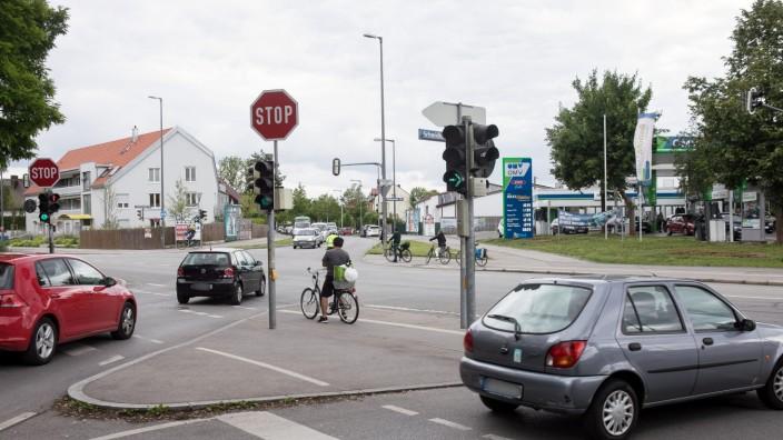 Perlach: Einmündung der Schmidbauerstraße (hinter mir bzw. ich stehe drauf) in die Ottobrunner Straße. Unterhachinger Straße gegenüber.