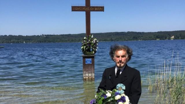 Siegfried Mathes, Vorsitzender der  Vereinigung ´König Ludwig deine Treuen` legt   anlässlich des  Kini-Todestags einen Kranz  an der  Mariensäule  vor der Votivkapelle in Berg ab.