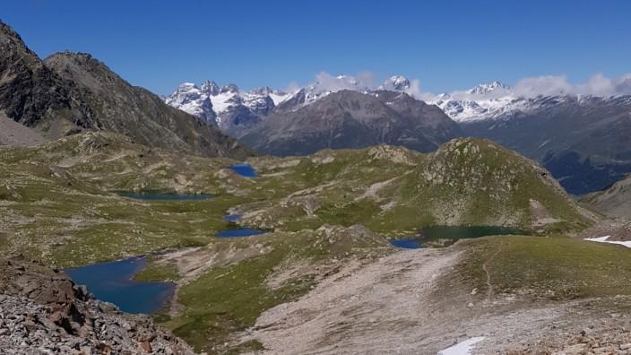 Macun-Seen in der Schweiz: Die Macun-Seen im Schweizerischen Nationalpark im August, mit Neuschnee.