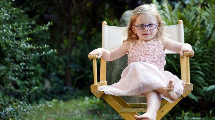 Portrait 3 Jahre alt Mädchen im Gartenstuhl sitzen, Tschechien, Europa *** Portrait 3 years old girl sitting in garden c
