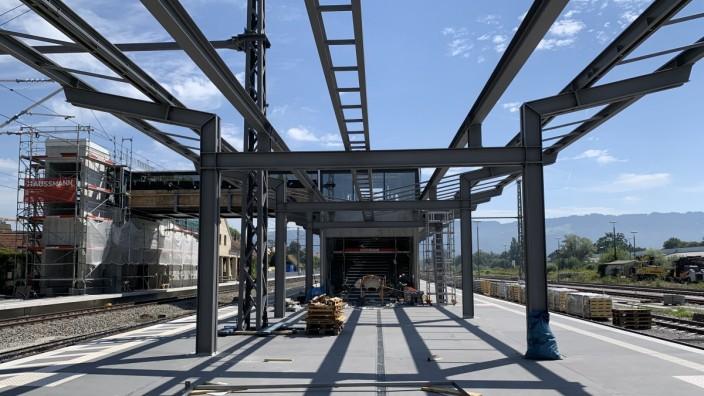 Verkehr in Bayern: Im Lindauer Stadtteil Reutin entsteht ein neuer Fernverkehrsbahnhof. Die Bahnsteige sind schon fertig, die Streben für das Dach sind montiert. Der alte Inselbahnhof wird verkleinert.