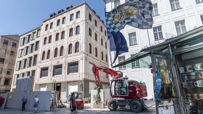 """Flagship-Store des FC Bayern: Die Zahl 2020 weist darauf hin, dass hier etwas Neues entsteht. Auf Außenwerbung will der FC Bayern aber """"aus Respekt vor der Fassade"""" aus dem 19. Jahrhundert vollkommen verzichten."""