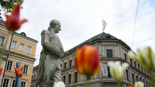 Blumen vor Montgelas-Denkmal in München, 2020
