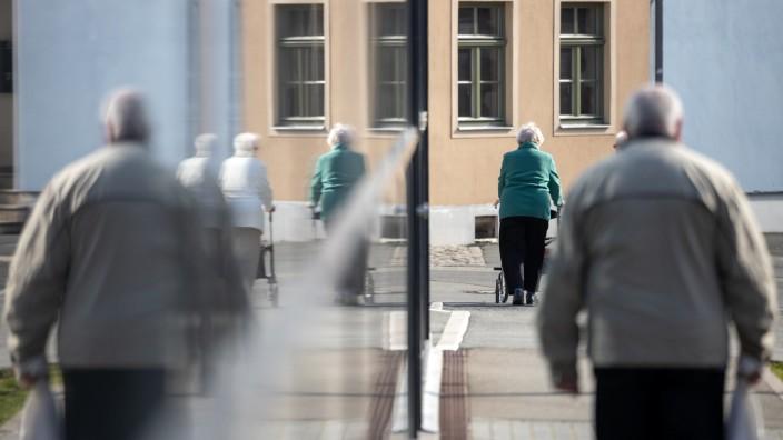 Coronavirus - Senioren gehen spazieren