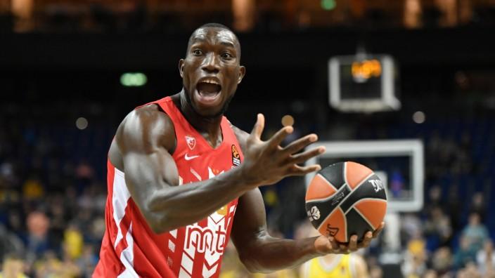 Michael Ojo (Belgrad), nach einem Foul keiner Schuld bewuss ALBA Berlin - Roter Stern Belgrad Basketball, Euroleague, Gr