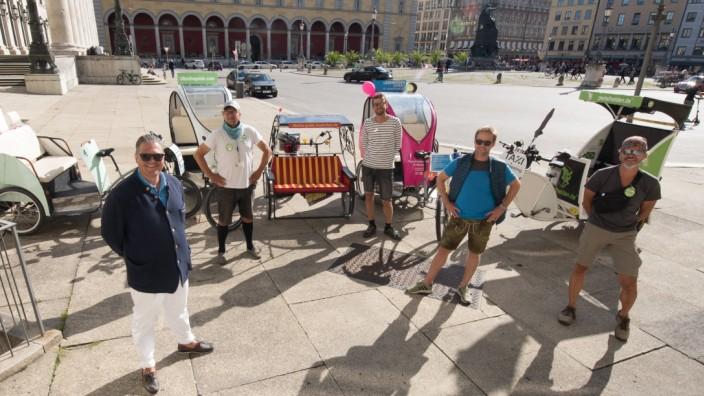 Verkehr in München: Rikscha-Zusammenkunft vor der Oper: Vertreter des Berufsverbands und der AG Rikscha trafen auf die Verantwortlichen der Unternehmen.