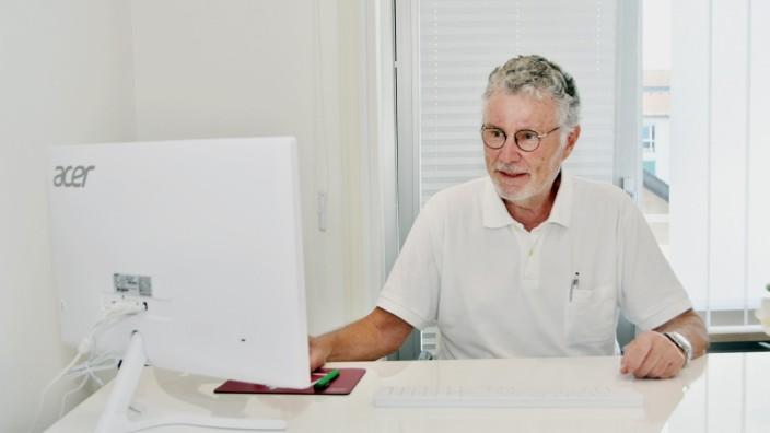 Medizin: Einen Tag pro Woche praktiziert der 74-jährige Gerd Jansen noch in seiner ehemaligen Praxis.