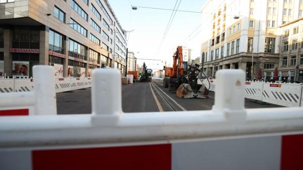 Blick auf die Baustelle an der Kreuzung Ernst Reuter Allee und Otto von Guericke Straße in Magdeburg. Bei einer der wich
