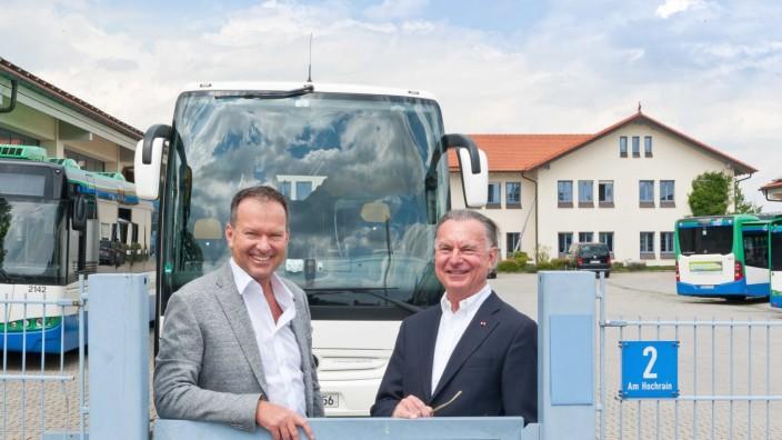 BusunternehmerJosef Ettenhuber sen. undJosef Ettenhuber jun. vor ihrem Betrieb in Glonn.