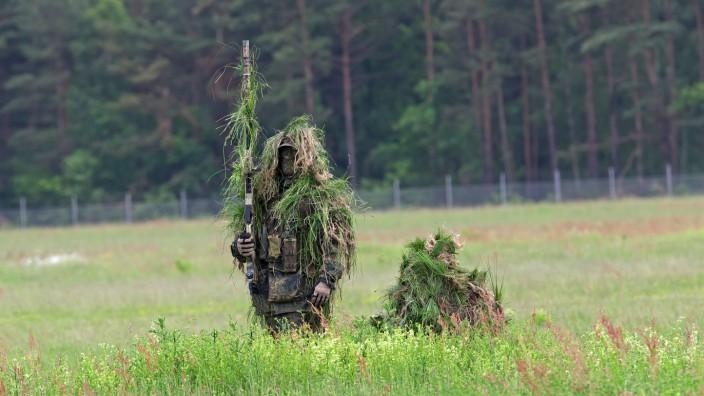 Getarnte Scharfschützen des Kommando Spezialkräfte KSK im Gelände Am Tag der Bundeswehr 2017 in Fas
