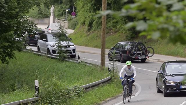 Freizeit in Bayern: Am Grünwalder Berg werden die Radler sogar auf die Straße geschickt und müssen sich mühsam neben Autos nach oben kämpfen.