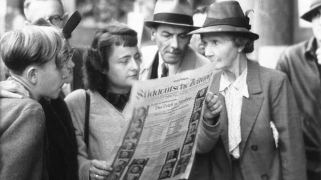 75 Jahre SZ Menschen lesen auf der Straße die Süddeutsche Zeitung, 1946