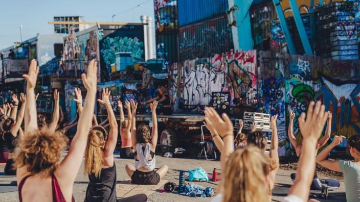 Musik in Corona-Zeiten: Näher kommt man legal nicht ans Tanzen ran: Beim Electronik-Flow-Yoga von Jennifer Sengpiel im Bahnwärter Thiel werden nicht nur Verspannungen gelöst, sondern auch elektronische Beats von DJ Jan Taubmann geboten.
