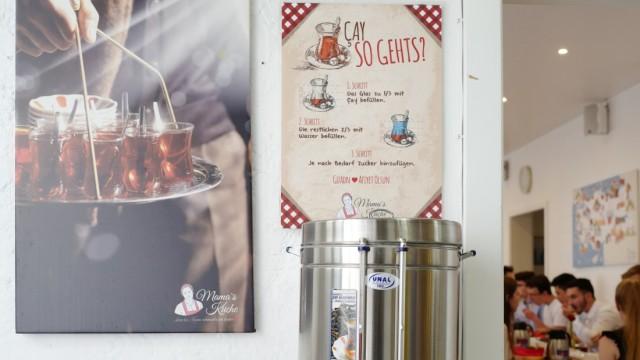 Der Çay-Tee wird im Samowar und mit Zubereitungsempfehlung serviert.