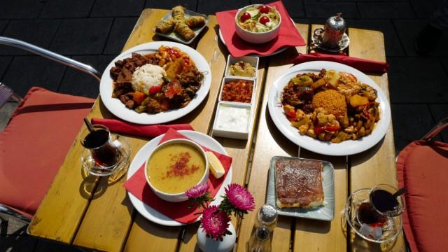 """Von der Linsensuppe zum Baklava: In """"Mama's Küche"""" lassen sich ganze Menüs zusammenstellen und nach Geschmack nachwürzen."""