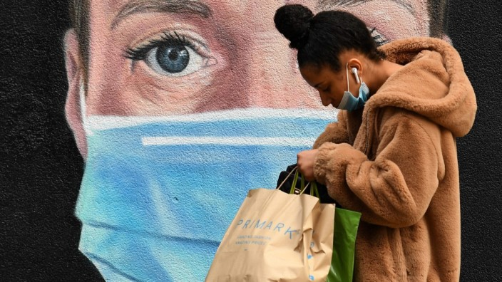 Corona-Krise: Shoppen in Manchester: Aus Angst, ihren Job zu verlieren, haben viele Britinnen und Briten ihre Ausgaben auf ein Minimum reduziert. Die Regierung will nun dabei helfen, den Konsum wieder anzukurbeln.