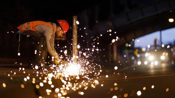 Bei Gleisarbeiten der KVB werden Polder mit einem Winkelschleifer abgeflext. Köln, 10.07.2020 *** During track work at