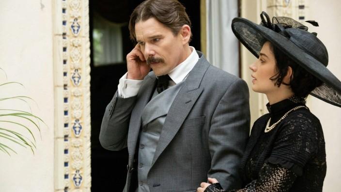 """""""Tesla"""" mit Ethan Hawke: Die Frau ist verliebt, das Genie ist in Gedanken ganz woanders: Ethan Hawke als Nikola Tesla, an seiner Seite Eve Hewson."""