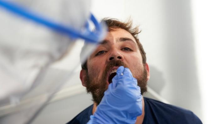 Mund auf, Wattestäbchen rein, Mund zu, 30 Minuten warten: So funktioniert ein neuer Corona-Schnelltest.
