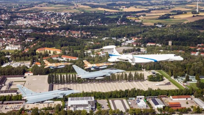 Kampfjets überfliegen Dachau: Im Formationsflug passieren das Passagierflugzeug und die Kampfjets der deutschen und israelischen Luftwaffe die KZ-Gedenkstätte Dachau.