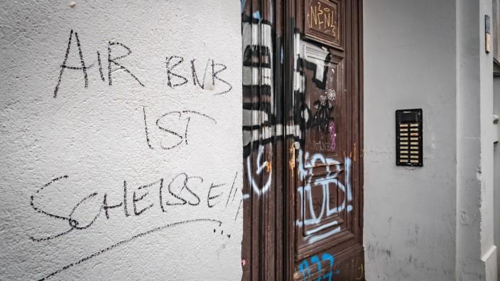 Berlin Kreuzberg Grafitti AirBnB ist Scheiße Berlin *** Berlin Kreuzberg Grafitti AirBnB is shit
