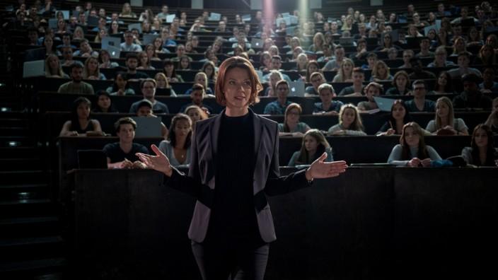 """Serie """"Biohackers"""" bei Netflix: Die Star-Dozentin Tanja Lorenz (Jessica Schwarz) sieht sich selbst als Schöpferin."""