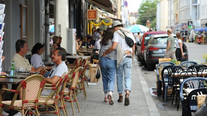 Leute, die gemütlich in den Straßencafés sitzen, flanieren, einkaufen oder ratschen: die Türkenstraße.