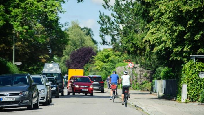 Unterschleißheim: Am Unterschleißheimer Furtweg kann es eng werden. Autofahrer ärgern sich mitunter, wenn sie nicht an Radlern vorbeikommen.