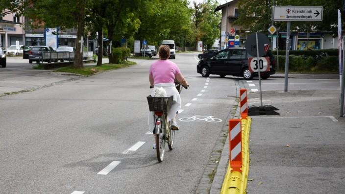 Wolfratshausen: Auf der Sauerlacher Straße konnte ein einseitiger Schutzstreifen erprobt werden – mit Erfolg. Das Modellprojekt bescheinigt ihm hohe Wirksamkeit, nun soll es die Markierungen bald an mehreren Straßen geben.