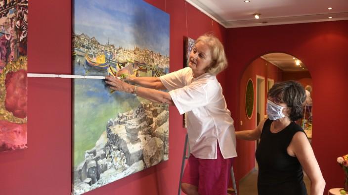 Schwabing: Malerin Karin Späth (links) und andere Künstler stellen auf dem von Anne Bauer organisierten Festival aus.