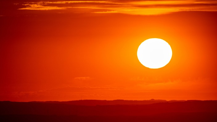 Sonnenuntergang im Taunus 05.08.2020, Schmitten (Hessen): Die Sonne geht vom Großen Feldberg aus gesehen hinter den Hüg