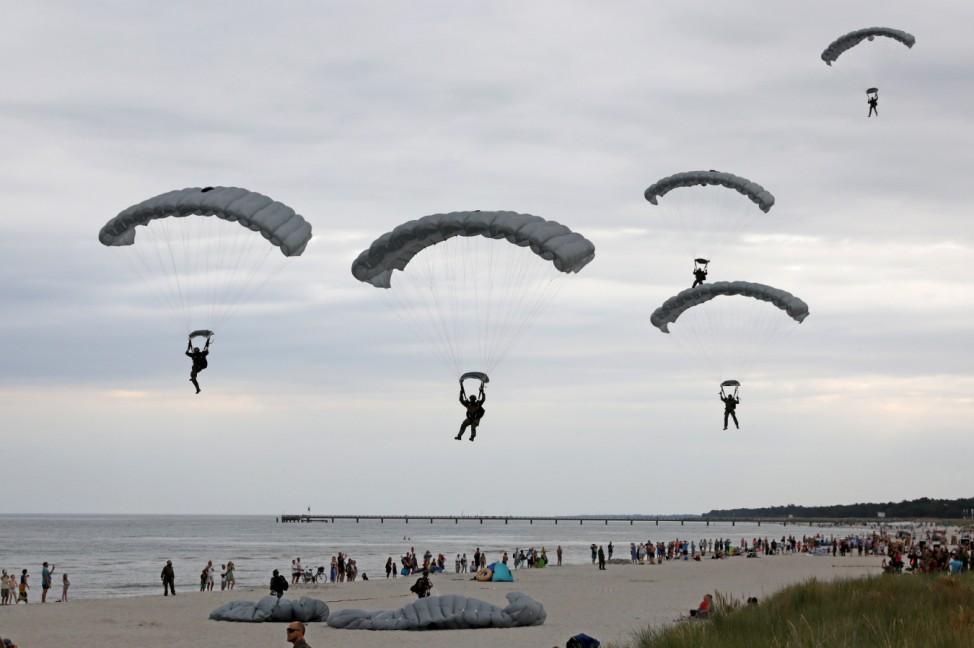 Fallschirmjäger üben an der Ostsee