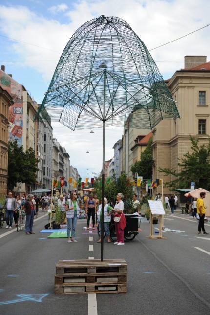 """""""100 Meter Zukunft"""": Viele Münchner informierten sich über die Vision von einer Stadt, in der statt Autos Menschen Vorrang haben. Mehr Raum für Bäume gäbe es auch."""