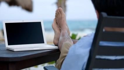 Mit dem Laptop am Strand