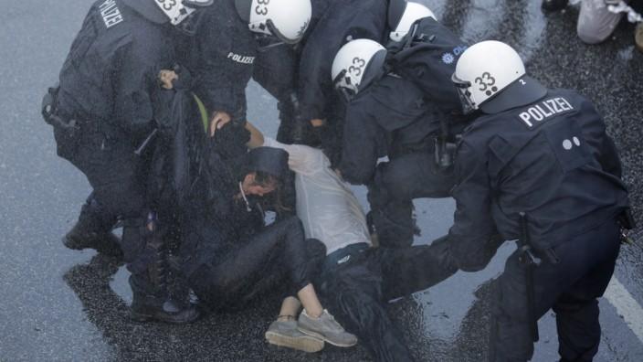 Gewalt und Machtmissbrauch: Polizisten nehmen Demonstranten im Rahmen der Proteste gegen den G-20-Gipfel im Juli 2017 in Hamburg fest.