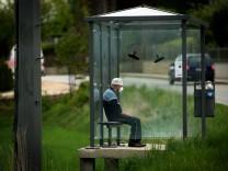Attenkirchen: Alter Mann wartet mit Schutzmaske in einer Bushaltestelle