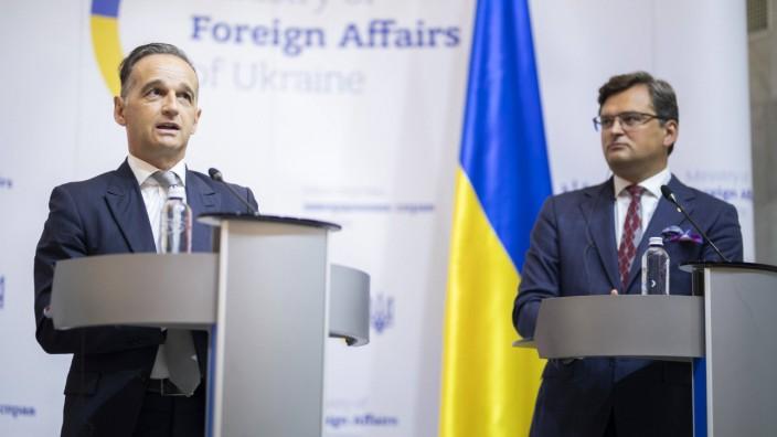 Heiko Maas (L), Bundesaussenminister, und Dmytro Kuleba (R), Aussenminister der Ukraine, sprechen zu den Medien nach ei