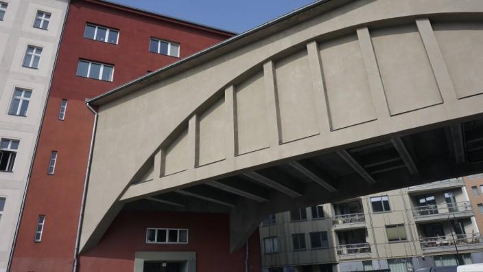 25 03 2015 Schöneberg Dennewitzstrasse Berlin U Bahneinfahrt in ein Wohnhaus Bahn U Bahn BVG