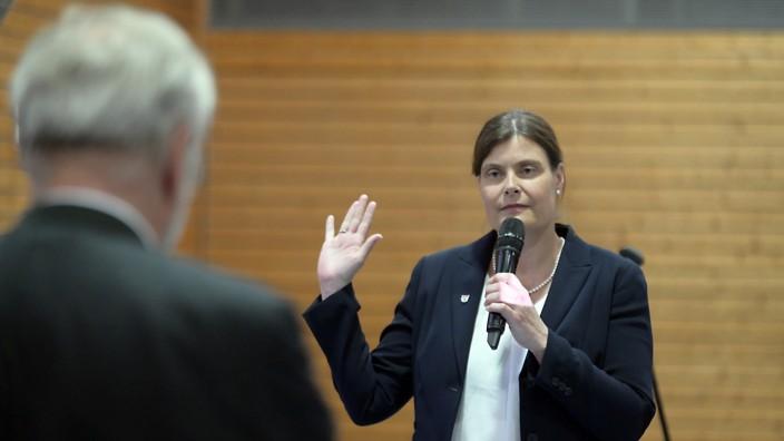 Realschule: Höhenkirchen-Siegertsbrunns Bürgermeisterin Mindy Konwitschny (hier bei ihrer Vereidigung im Mai) hat einen Bürgerentscheid ins Spiel gebracht, um die Frage nach dem richtigen Standort für eine Realschule zu klären.