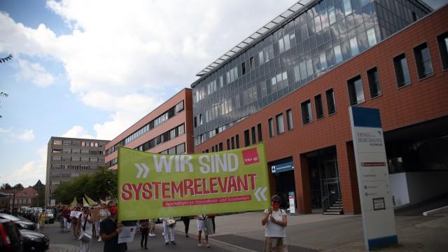 Beschäftigte des Klinikums Ernst von Bergmann demonstrieren für die Rückkehr in den Tarifvertrag für den öffentlichen D