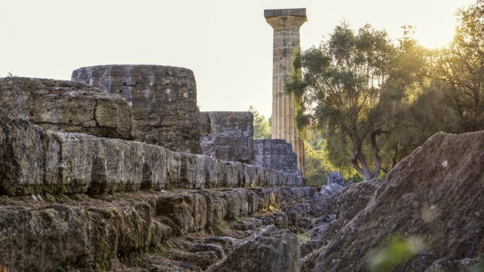 Greece, Olympia, Ruins of ancient Temple of Zeus at sunset PUBLICATIONxINxGERxSUIxAUTxHUNxONLY MAMF01187