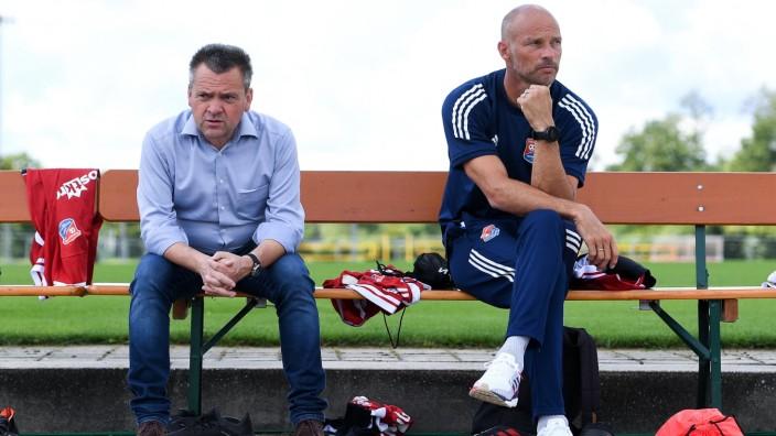 v.li.: Präsident Manfred Schwabl (Unterhaching) Trainer Arie van Lent (Unterhaching) auf der Trainerbank, 19.08.2020, O