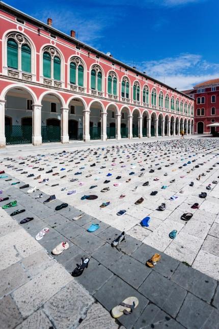 1000 CINDERELLAS INSTALLATION IN CROATIA Artist Mark Boellaard Rebellion lay out 1,000 shoes on Prokurative Square as i